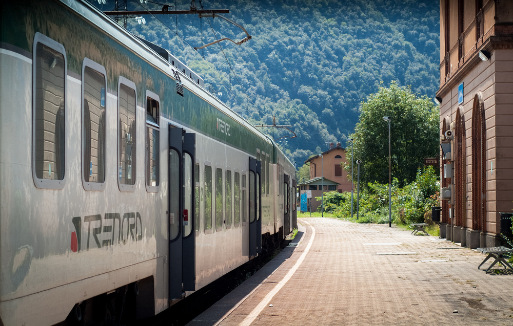 Macchinista e capotreno al bar per un caffè: il treno parte da solo, poi  viene fatto deragliare - Gente d'Italia